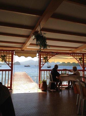 Hotel Kanaoa Les Saintes: La Salle de Restaurant avec vue sur la Baie.