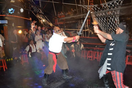 Captain Hook Cancun: Captains duelling with REAL swords ! (With sparks !)