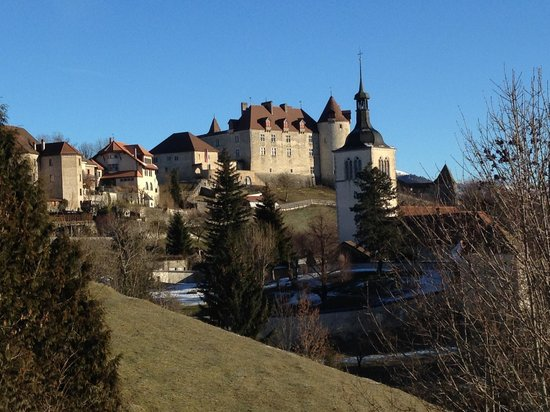 Hotel de Gruyères : View of the Castle from the parking of the Hotel