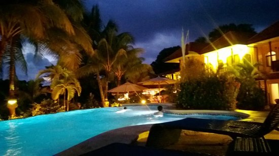 Hotel Cuna del Angel: Pool at night