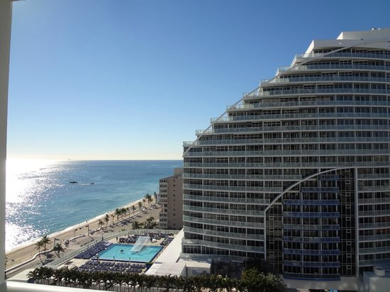 Hilton Fort Lauderdale Beach Resort: King studio ocean view room