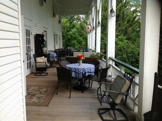 Bavarian Manor Country Inn & Restaurant: The side porch with plenty of seating to relax and enjoy the outdoors.