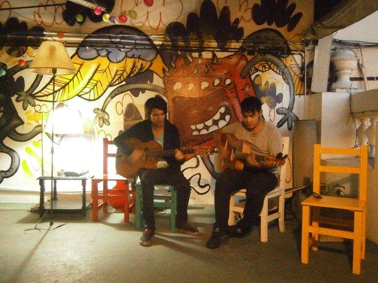 Rock Hostel & Brewery: Mi novio y un buen amigo haciendo jazz gitano en la terraza