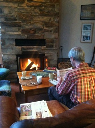 Arbor House, An Environmental Inn: Breakfast by the fire in the main dining room.