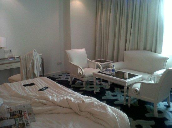 Radisson Blu Kochi: Full white interiors