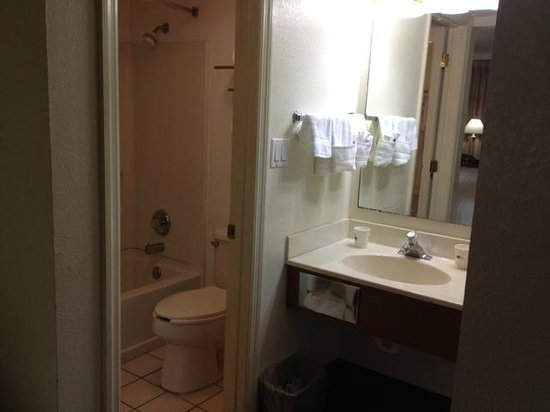 Days Inn Brooksville: Vanity & bathroom
