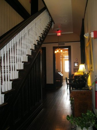 Avenue Inn Bed and Breakfast: Main entrance