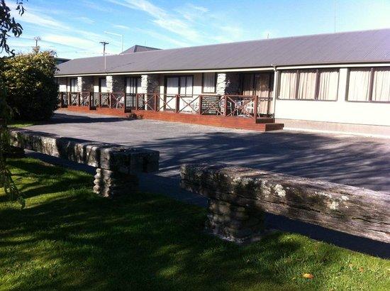 Paroa Hotel: Back of motels