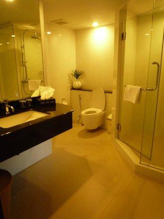 Nouvo City Hotel: baño