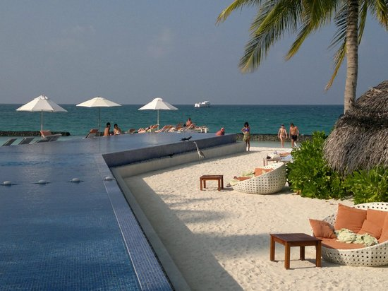 Kuramathi Island Resort: Pool area