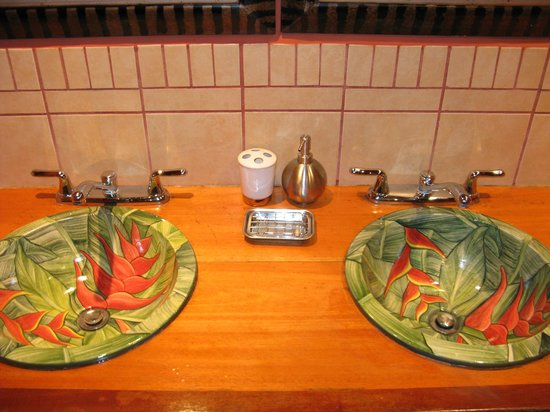 Geckoes Lodge: Hand-painted sinks