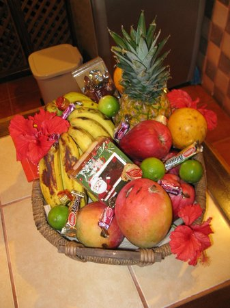 Geckoes Lodge: Our welcome basket