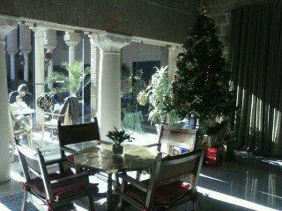 Parador de Carmona: Cafetería con patio