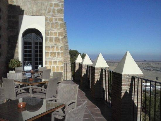 Parador de Carmona: Una terraza soleada con una vista impresionante