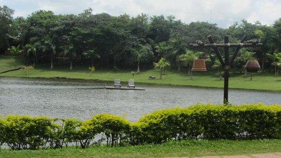 Recanto Alvorada Eco Resort: Lago com caiaques.