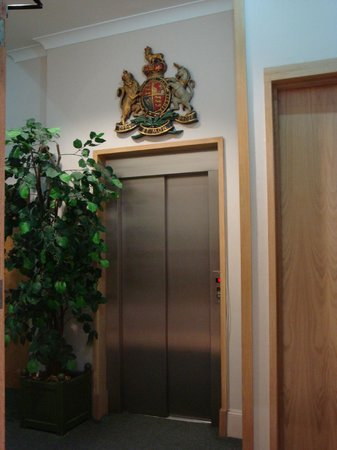 Garden Court Hotel: Lift