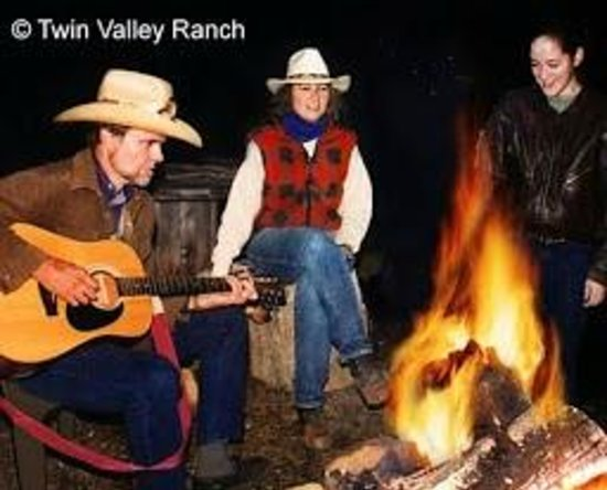 Twin Valley Bed and Breakfast and Horse Ranch: campfires a great way to wind down from a busy day