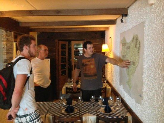 Leonardo Etxea : O simpático proprietário Leonardo, explicando a geografia do País Basco.
