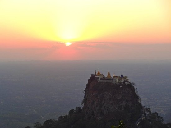 Popa Mountain Resort : magical view at sunset