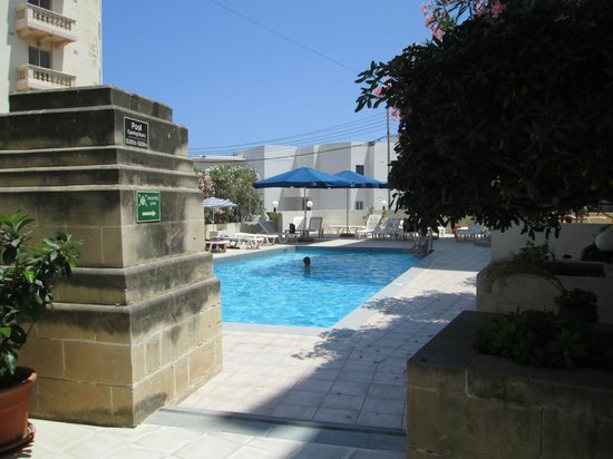 Il Palazzin Hotel: Outdoor pool - Near entrance to hotel