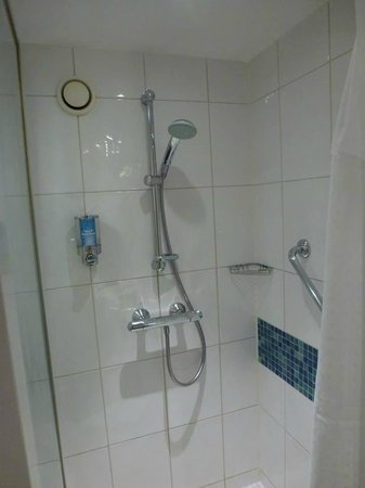 Holiday Inn Express Luton Airport: Shower.