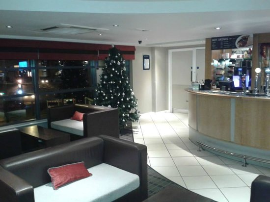 Holiday Inn Express Luton Airport: Lobby and bar.