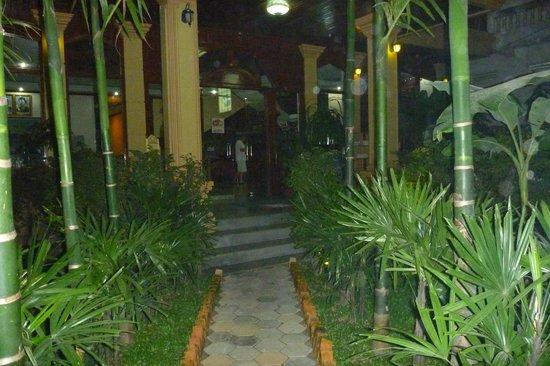 Angkor Vattanakpheap Hotel: дорожка к входу