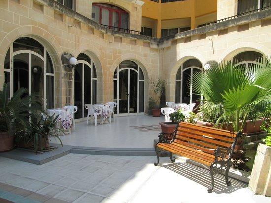 Il Palazzin Hotel: Outdoor breakfast/ lunch area