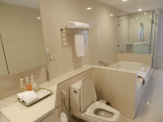Centre Point Silom: Room 2111 Bathroom