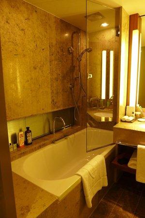 InterContinental Berlin: Bathroom with bath/shower option