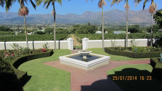 Grande Roche Hotel: Garden and view of mountains