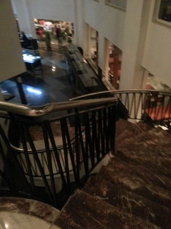 Sharming Inn Hotel: stair case to the dining area