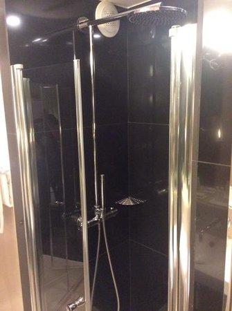 Hotel 7 Eiffel : Shower