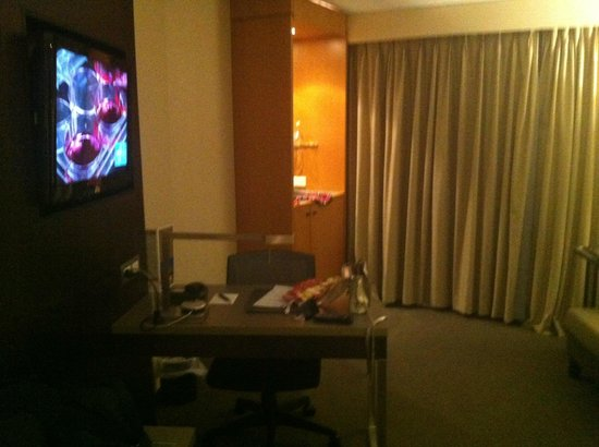 Grand Millennium Auckland : view of desk from bed