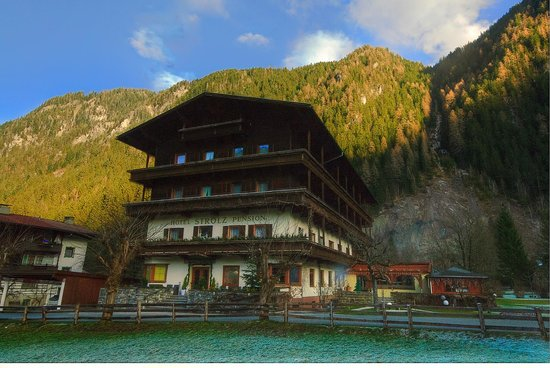 Hotel Pension Strolz: Foot of Mountain