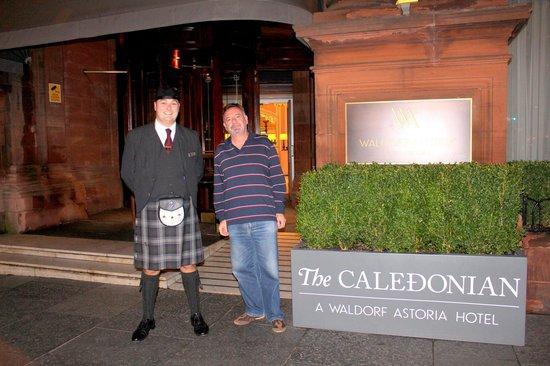 Waldorf Astoria Edinburgh - The Caledonian: Fachada com porteiro à caráter