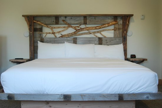 Tahoe Vistana Inn : King bed in our newly remodeled Squirrel House
