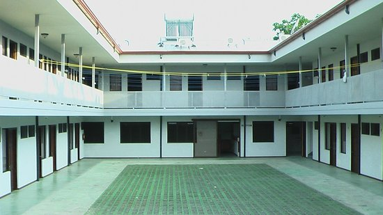 Cabinas Dormi Bene : FRONT VIEW - PARKING LOT AND SURROUNDING HOTEL