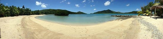 Navutu Stars Fiji Hotel & Resort : Beautiful beach with the tide in infront of our bure