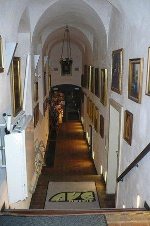 Hotel Monastery: Corredor interno, piso térreo, com a recepção ao fundo