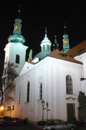 Hotel Monastery: Vista parcial de uma igreja externa, à noite