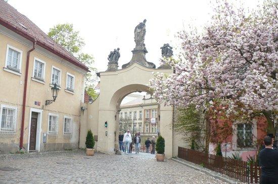 Hotel Monastery: Vista parcial de um dos portais de acesso à praça em frente ao hotel