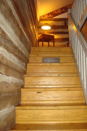 Pilot Knob Inn : Stairs leading up to bedroom
