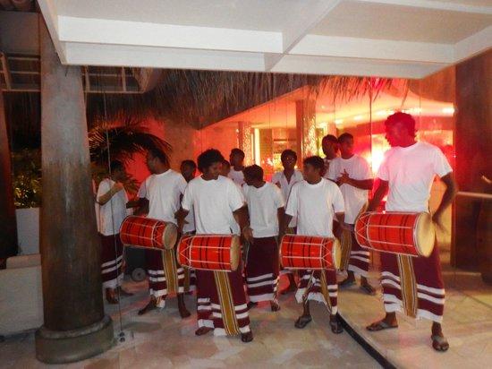 Anantara Kihavah Maldives Villas: grupo local durante la cena