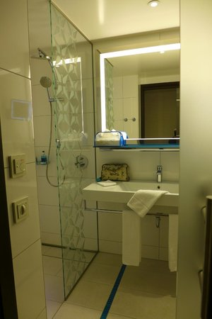 Pestana Berlin Tiergarten: Bathroom with Shower