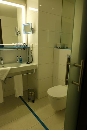 Pestana Berlin Tiergarten: Bathroom and enclosed Toilet