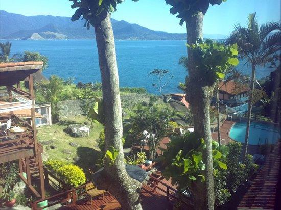 Isola Bella Hospedagem : Vista da janela do quarto para o mar