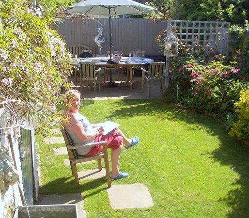 Keslake Towers B&B: Lovely garden relax area