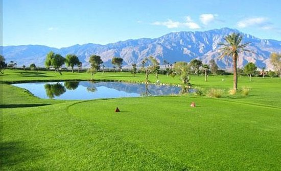 Desert Hot Springs, Californië: Beautifully Manicured 9-Hole Golf Course
