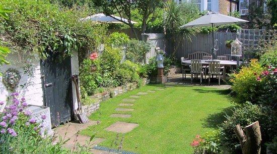 Keslake Towers B&B: The garden and patio